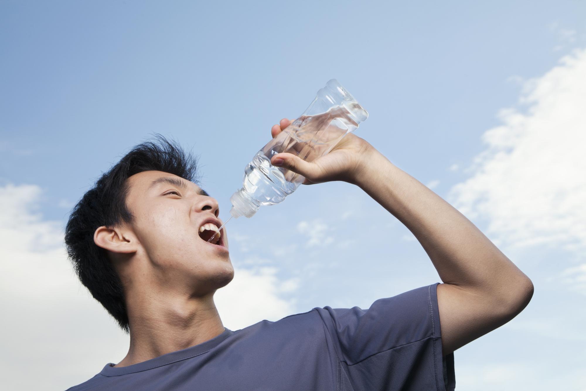 Sportsmand drikker vand