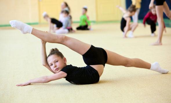 Børn dyrker gymnastik